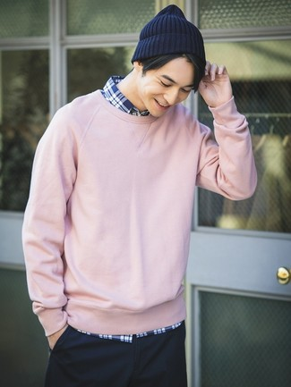 For an outfit that provides comfort and style, try teaming a pink sweatshirt with a navy beanie. Longer daylight hours call for lighter ensembles like this one.