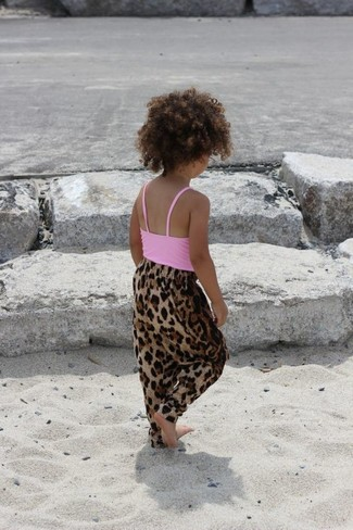 How to wear: pink tank top, brown leopard trousers