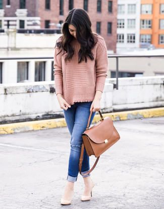 How to wear: pink knit turtleneck, blue ripped skinny jeans, beige leather pumps, brown leather satchel bag