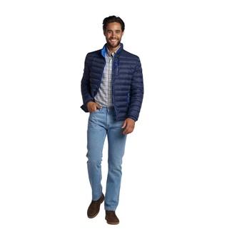 Cómo combinar: plumífero azul marino, camisa de manga larga de tartán blanca, vaqueros celestes, botas safari de cuero en marrón oscuro