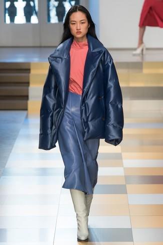 Cómo combinar: plumífero azul marino, jersey de cuello alto rosado, falda midi de cuero azul, botas de caña alta de cuero blancas