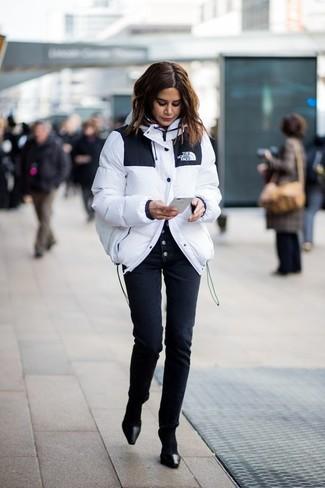 Cómo combinar: plumífero blanco, pantalones pitillo negros, zapatos de tacón de cuero negros, calcetines negros