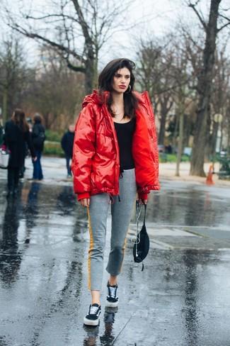 Cómo combinar: plumífero rojo, blusa sin mangas negra, pantalón de chándal gris, tenis de ante negros