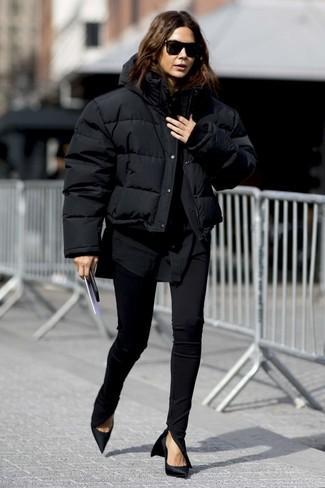 Cómo combinar: plumífero negro, camisa de vestir negra, pantalones pitillo negros, zapatos de tacón de satén negros