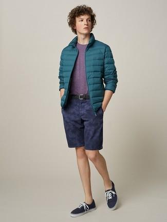 Cómo combinar: plumífero en verde azulado, camiseta con cuello circular morado, pantalones cortos azul marino, tenis de lona azul marino