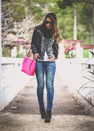 Ponte un plumífero ligero negro y unos vaqueros pitillo azul marino para conseguir una apariencia glamurosa y elegante. Agrega botines con cordones de ante negros a tu apariencia para un mejor estilo al instante.
