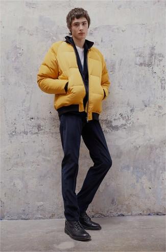 Cómo combinar: plumífero amarillo, cárdigan con cuello chal azul marino, camiseta con cuello circular blanca, vaqueros de pana azul marino