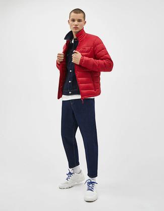 Cómo combinar: plumífero rojo, chaqueta vaquera azul marino, camiseta con cuello circular blanca, vaqueros azul marino