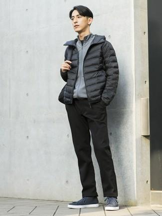 Cómo combinar: plumífero negro, jersey con cremallera gris, camiseta con cuello circular negra, pantalón chino negro
