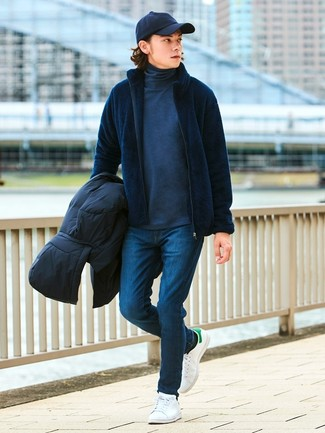 Cómo combinar: plumífero negro, jersey con cremallera azul marino, jersey de cuello alto en gris oscuro, vaqueros pitillo azul marino