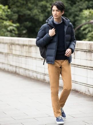 Cómo combinar: plumífero azul marino, jersey con cuello circular azul marino, camisa de manga larga de cuadro vichy azul, pantalón chino marrón claro