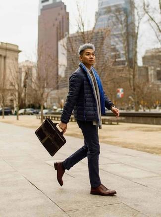 Cómo combinar: plumífero azul marino, jersey con cuello circular marrón, camisa de manga larga blanca, pantalón chino azul marino