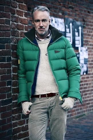 Cómo combinar: plumífero verde, jersey con cuello circular en beige, camisa de manga larga de tartán en blanco y rojo y azul marino, camiseta con cuello circular blanca
