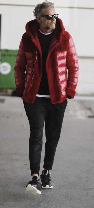 Cómo combinar: plumífero rojo, jersey con cuello circular negro, camiseta con cuello circular blanca, pantalón de chándal negro