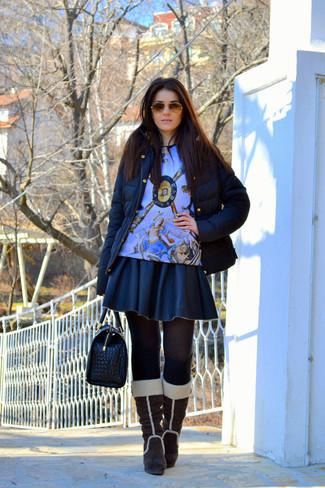 Cómo combinar: plumífero negro, jersey con cuello circular estampado celeste, falda skater de cuero negra, botas de caña alta de ante en marrón oscuro