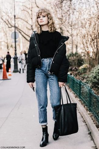 Cómo combinar: plumífero negro, jersey con cuello circular con volante negro, vaqueros boyfriend azules, botines de cuero negros