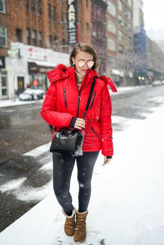 Cómo combinar: plumífero rojo, jersey de cuello alto marrón claro, leggings de cuero negros, botas ugg marrónes