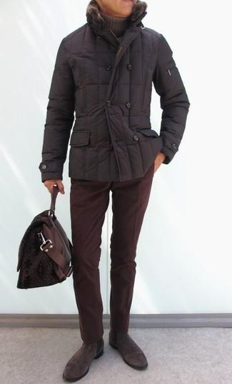Cómo combinar: plumífero en marrón oscuro, jersey de cuello alto marrón, pantalón chino de pana burdeos, botines chelsea de ante en marrón oscuro