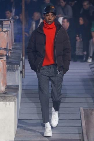 Cómo combinar: plumífero negro, jersey de cuello alto rojo, pantalón de vestir de rayas verticales en gris oscuro, tenis de cuero blancos