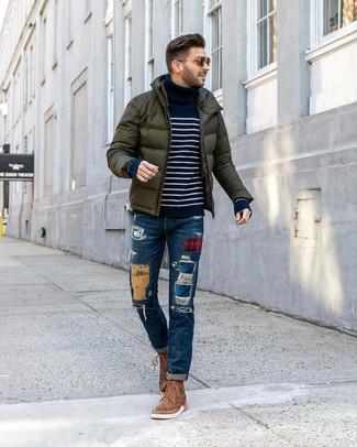 Cómo combinar: plumífero verde oscuro, jersey de cuello alto de rayas horizontales en azul marino y blanco, vaqueros de patchwork azules, botas brogue de cuero marrónes