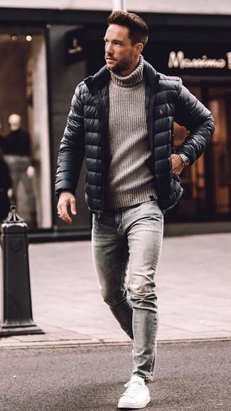 Cómo combinar: plumífero negro, jersey de cuello alto de lana de punto gris, vaqueros pitillo grises, tenis de cuero blancos