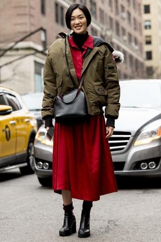 Cómo combinar: plumífero verde oliva, jersey de cuello alto de punto negro, vestido camisa roja, botines con cuña de cuero negros