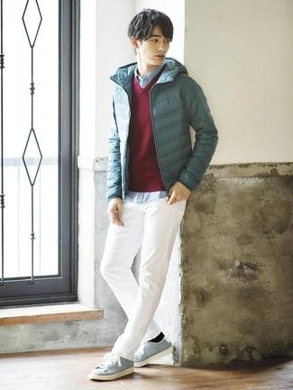Cómo combinar: plumífero en verde azulado, jersey de pico burdeos, camisa de manga larga de cambray celeste, pantalón chino blanco