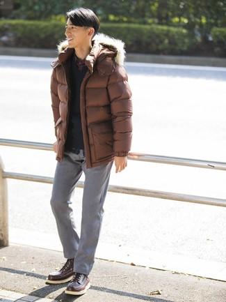 Cómo combinar: plumífero marrón, jersey de pico negro, camisa de manga larga de tartán azul marino, pantalón chino gris