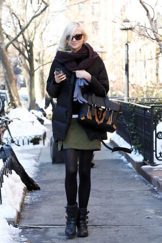 Cómo combinar: plumífero negro, minifalda acolchada verde oscuro, botines de cuero negros, bolso de hombre de cuero negro