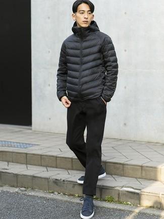 Cómo combinar: plumífero negro, pantalón chino negro, tenis de ante azul marino, calcetines grises