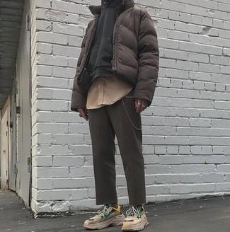 Cómo combinar: plumífero en marrón oscuro, sudadera con capucha negra, camisa de manga larga marrón claro, pantalón chino en gris oscuro