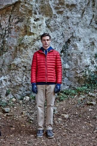 Cómo combinar: plumífero rojo, sudadera con capucha azul, pantalón chino en beige, botas de trabajo de cuero negras