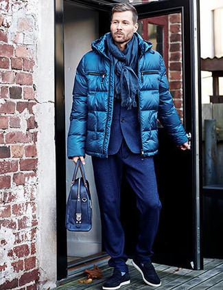 Cómo combinar: plumífero azul, traje de lana azul, zapatillas slip-on de ante azul marino, portafolio de cuero azul marino