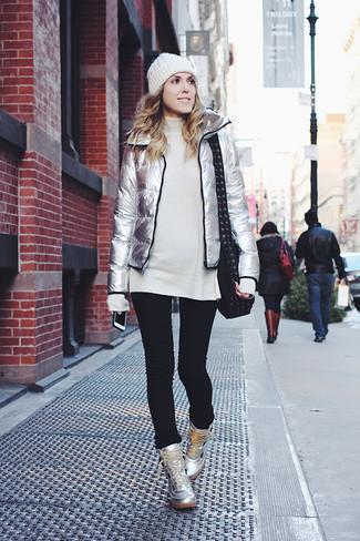 Cómo combinar: plumífero plateado, túnica de lana de punto blanca, vaqueros pitillo negros, zapatillas altas de cuero plateadas