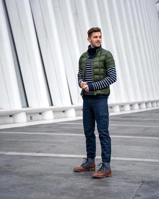 Cómo combinar: plumífero verde oscuro, jersey de cuello alto de rayas horizontales en azul marino y blanco, pantalón cargo azul marino, botas casual de cuero marrónes