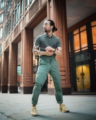 How to Wear Dark Green Cargo Pants: This casual combination of a dark green polo and dark green cargo pants is very easy to throw together without a second thought, helping you look amazing and ready for anything without spending a ton of time going through your wardrobe. Go ahead and go for beige athletic shoes for a dose of stylish nonchalance.