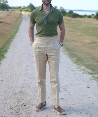 Navy Sunglasses Outfits For Men: We're all scouting for functionality when it comes to fashion, and this off-duty pairing of a green polo and navy sunglasses is a practical illustration of that. To bring a bit of depth to your getup, complement your getup with brown suede espadrilles.