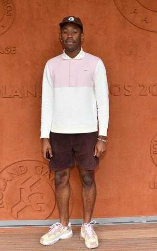 Look de Tyler, the Creator: Polo de manga larga blanco, Pantalones cortos de pana morado oscuro, Deportivas rosadas, Gorra de béisbol en marrón oscuro