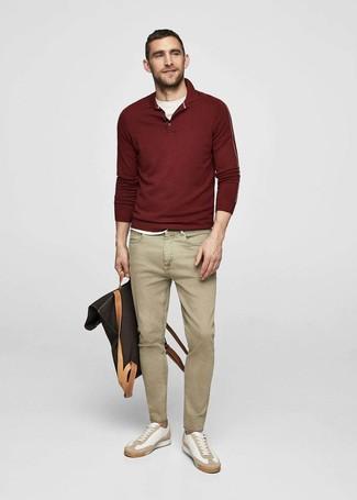 Cómo combinar: polo de manga larga burdeos, camiseta con cuello circular blanca, vaqueros marrón claro, tenis de cuero blancos