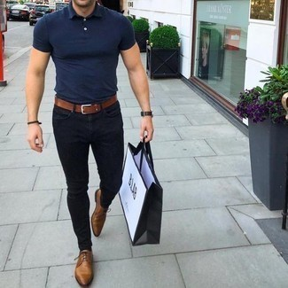 How To Wear Brown Shoes With Black Pants In Your 30s In Hot Weather For Men: A navy polo and black pants are a good outfit formula to have in your casual wardrobe. And if you need to immediately up the style ante of your ensemble with a pair of shoes, complement your outfit with brown leather derby shoes.