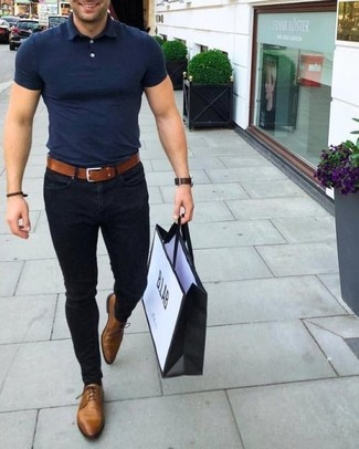 How To Wear Brown Shoes With Black Pants In Your 30s In Hot Weather For Men: This contemporary pairing of a navy polo and black pants is extremely easy to pull together in next to no time, helping you look amazing and ready for anything without spending too much time going through your wardrobe. Not sure how to complete your outfit? Wear brown leather oxford shoes to kick it up.