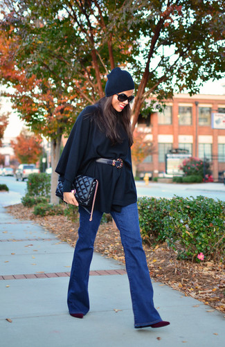 A black poncho and blue flare jeans are great staples that will integrate perfectly within your current looks. Let's make a bit more effort now and choose a pair of dark purple suede ankle boots.