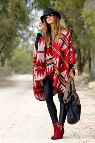Cómo combinar: poncho estampado rojo, jersey con cuello circular negro, leggings de cuero negros, botines de ante rojos