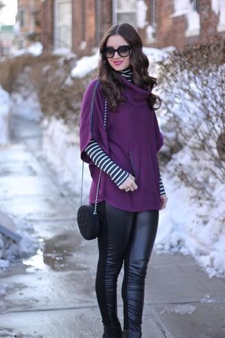 Cómo combinar: poncho morado, jersey de cuello alto de rayas horizontales en blanco y negro, leggings de cuero negros, botines de cuero negros