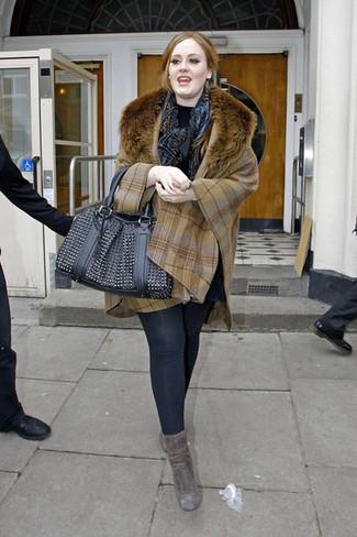 Opte pour le confort dans un poncho écossais marron clair et des leggings noirs. Une paire de des bottines en daim grises foncées rendra élégant même le plus décontracté des looks.