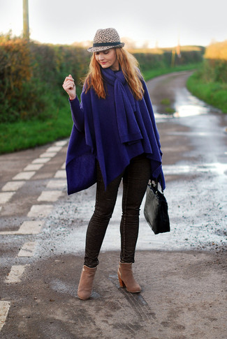 How to wear: navy poncho, dark brown skinny jeans, tan suede ankle boots, black leather tote bag