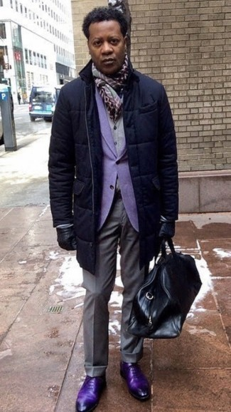 Black Leather Gloves Outfits For Men: Make a navy puffer coat and black leather gloves your outfit choice for an easy-to-create look. Give an added touch of elegance to your outfit by finishing with a pair of violet leather oxford shoes.