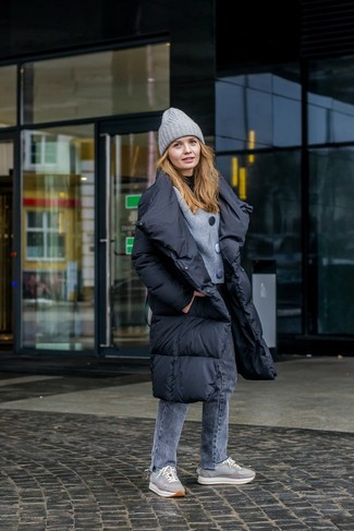 How to Wear a Grey Beanie For Women: A black puffer coat and a grey beanie are a good outfit formula to have in your off-duty sartorial arsenal. Make your getup a bit sleeker by finishing off with grey low top sneakers.