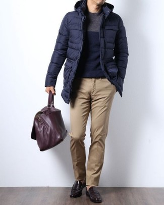 This pairing of a navy puffer coat and khaki chinos is simple, seriously stylish and very easy to imitate. Channel your inner Ryan Gosling and go for a pair of dark brown leather loafers to class up your look. As you can see here, it's so easy to look amazing and stay comfortable when colder days are here, thanks to this outfit.