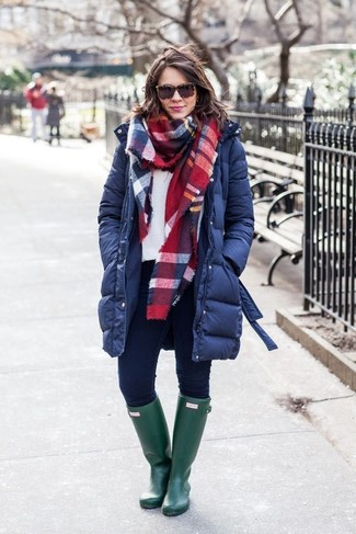 How to wear: navy puffer coat, white sweatshirt, navy skinny jeans, dark green rain boots